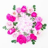 Cadre rond des roses roses et des pétales roses sur le fond blanc Configuration plate, vue supérieure Configuration florale Photographie stock libre de droits