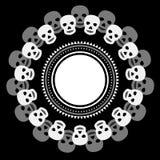 Cadre rond ethnique noir et blanc simple avec des crânes Photo stock