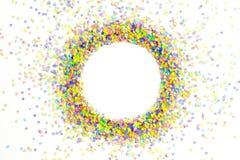 Cadre rond fait de confettis colorés Fond blanc festive Images libres de droits