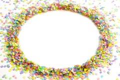 Cadre rond fait de confettis colorés Fond blanc festive Image libre de droits