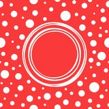 Cadre rond minable blanc sur le fond rouge avec de petits cercles et points blancs tirés par la main Photos stock