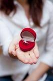 Cadre rouge avec la bague de fiançailles à l'intérieur Images stock