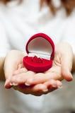 Cadre rouge avec la bague de fiançailles à l'intérieur Photographie stock