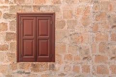 Cadre rouge d'une fenêtre en bois moderne dessus de côté gauche sur le mur jaune Images stock