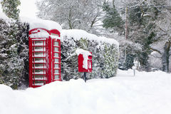 Cadre rouge de téléphone et de poteau dans la neige photographie stock libre de droits