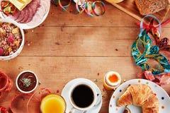 Cadre sain de petit déjeuner de carnaval ou de mardi gras photos stock