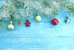Cadre saisonnier de vacances de cru de branche d'arbre de Noël, fond en bois de décoration de frontière, neige image libre de droits