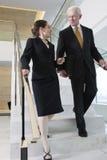 Cadre supérieur avec parler de femme d'affaires. Image stock