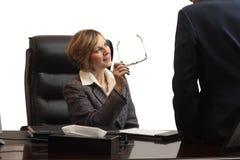 Cadre supérieur féminin lors du contact d'équipe Image stock
