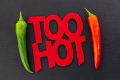Cadre vert rouge de piment fort d'inscription de poivre de message d'affiche de parallèle de cosse trop chaude de piment sur le m images stock