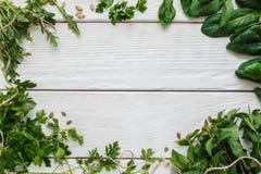 Cadre vert sur l'espace libre en bois blanc de fond Images stock