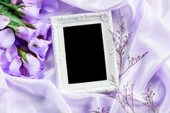 Cadre vide avec un pétale de roses bleu doux de bouquet sur le sof Images libres de droits