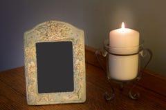 Cadre vide décoratif de photo avec la bougie allumée sur la raboteuse Images libres de droits
