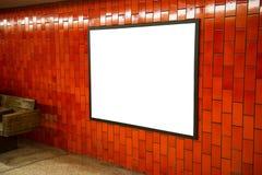 Cadre vide de l'espace d'affiche de publicité sur le mur de rouge de brique sur la station de métro Image libre de droits