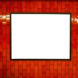 Cadre vide de l'espace d'affiche de publicité sur le mur de rouge de brique sur la station de métro Photos stock