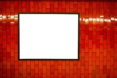 Cadre vide de l'espace d'affiche de publicité sur le mur de rouge de brique sur la station de métro Images stock