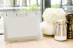 Cadre vide de menu sur la table en café de restaurant Photo stock