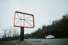 Cadre vide de panneau routier avec des voitures sur la route à Bansko image libre de droits