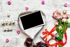 Cadre vide de photo dans la forme de coeur et je t'aime inscription avec les roses et le boîte-cadeau Image stock