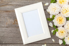 Cadre vide de photo et roses blanches Photos libres de droits
