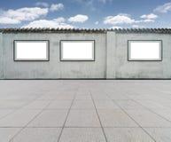 Cadre vide sur le mur avec le ciel bleu Photos libres de droits