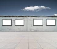 Cadre vide sur le mur avec le ciel bleu Image libre de droits
