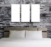 Cadre vide sur le mur en pierre dans la chambre à coucher Image stock