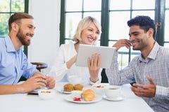 Cadres à l'aide du comprimé numérique dans un restaurant Images libres de droits