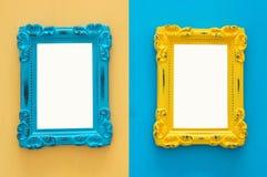 Cadres bleus de vintage et jaunes vides de photo au-dessus de double fond coloré Préparez pour le montage de photographie Vue sup Photo stock