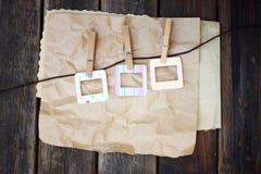 Cadres colorés de photo sur le papier chiffonné sur le fond en bois Images libres de droits