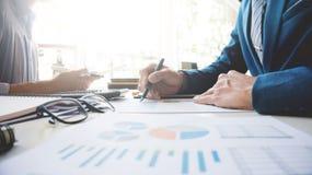 Cadres commerciaux discutant sur des données image stock