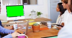 Cadres commerciaux faisant une vidéoconférence clips vidéos