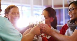 Cadres commerciaux grillant des verres de champagne banque de vidéos