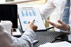 Cadres commerciaux rencontrant des données de représentation de ventes sur un lieu de travail extérieur moderne photos stock