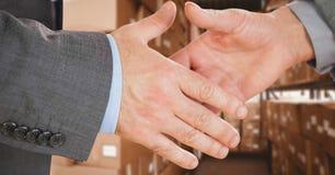Cadres commerciaux se serrant la main dans l'entrepôt images libres de droits