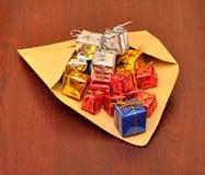 Cadres de cadeau colorés avec l'enveloppe Photos stock