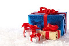 Cadres de cadeau colorés sur la neige d'isolement sur le blanc Photo libre de droits