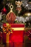 Cadres de cadeau décorés sous l'arbre de Noël Photo libre de droits