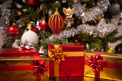 Cadres de cadeau décorés sous l'arbre de Noël Images libres de droits