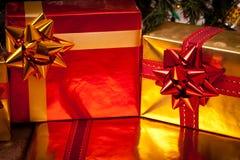 Cadres de cadeau décorés sous l'arbre de Noël Photographie stock libre de droits