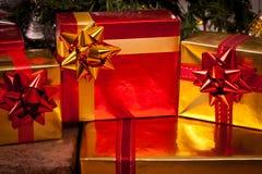 Cadres de cadeau décorés sous l'arbre de Noël Photos libres de droits