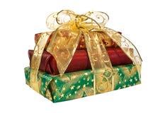 Cadres de cadeau enveloppés avec la bande et la proue d'or Photos stock