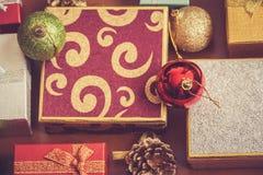 Cadres de cadeau et billes de Noël Foyer sélectif sur la boule rouge Photos stock