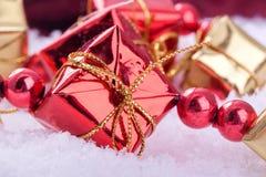 Cadres de cadeau rouges et d'or Photo libre de droits