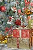 Cadres de cadeau sous l'arbre de Noël Photographie stock libre de droits