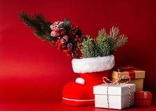 Cadres de cadeau sur le fond rouge photo libre de droits