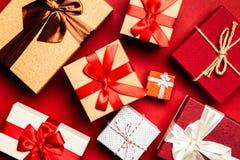 Cadres de cadeau sur le fond rouge image stock