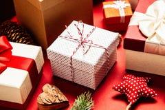 Cadres de cadeau sur le fond rouge photo stock