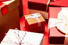 Cadres de cadeau sur le fond rouge image libre de droits