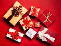 Cadres de cadeau sur le fond rouge photographie stock libre de droits